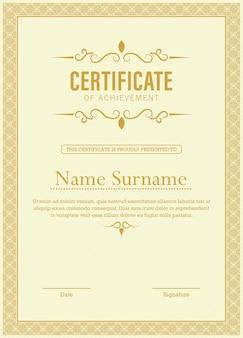 Modèle de certificat de réussite avec ligne thaïlandaise appliquée en ton or jaune
