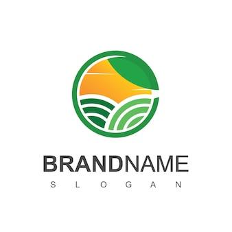 Modèle de conception de logo de ferme. cercle nature, bovins et terres agricoles symbole