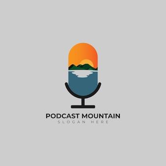 Modèle de conception de logo de micro de podcast de montagne