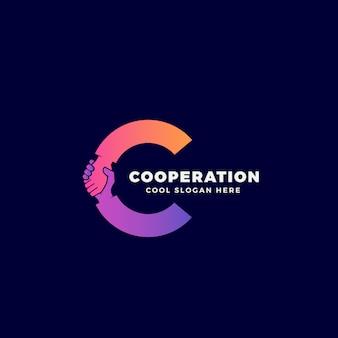 Modèle de coopération, de symbole ou de logo. poignée de main incorporée dans le concept de la lettre c.