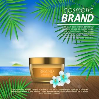 Modèle cosmétique été sur fond de plage avec des feuilles de palmier.