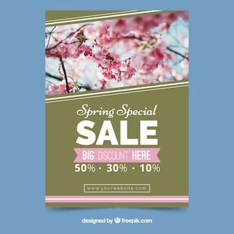 Modèle de couverture avec des fleurs roses pour les ventes de printemps