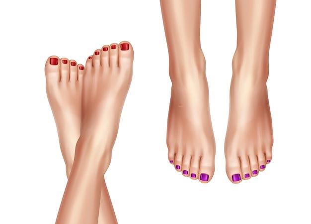 Modèle de deux paires de jambes croisées de femmes nues, pied féminin soigné avec vernis à ongles rouge, vue de dessus sur fond blanc