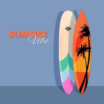 Modèle d'été avec des planches de surf colorées près du mur