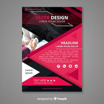 Modèle de flyer d'entreprise moderne avec un design géométrique