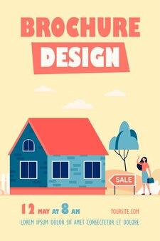 Modèle de flyer femme heureuse debout près de la maison à vendre