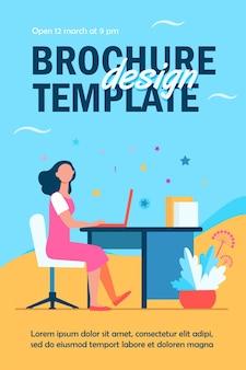 Modèle de flyer femme travaillant dans le bureau