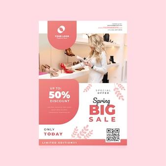 Modèle de flyer de vente de printemps avec femme regardant des chaussures