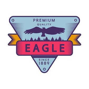 Modèle d'insigne de couleur de parc de loisirs. camp forestier rétro. silhouette d'aigle volant