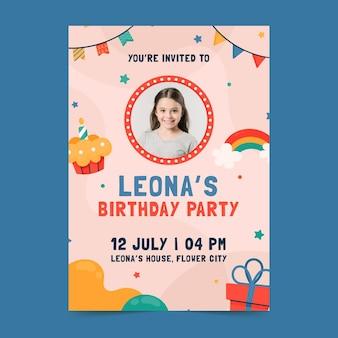 Modèle d'invitation d'anniversaire design plat