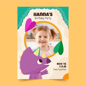Modèle d'invitation d'anniversaire dinosaure dessiné à la main avec photo