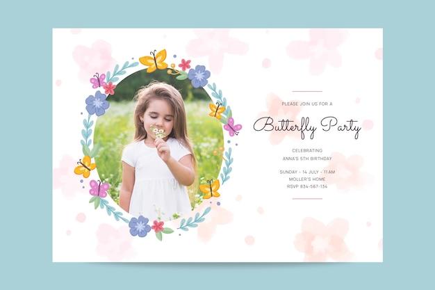Modèle d'invitation d'anniversaire papillon dessiné à la main avec photo