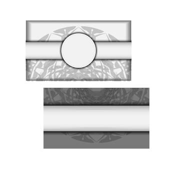 Modèle d'invitation avec place pour votre texte et ornement grec. carte postale de conception de vecteur couleurs blanches avec ornement de mandala noir.