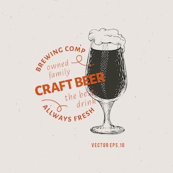 Modèle de logo de bière. vector illustration de verre à bière dessiné à la main.
