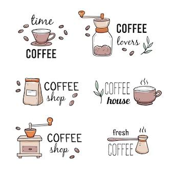 Modèle de logo de café avec cafetière dessiné à la main, moulin, éléments de grain de café. style de croquis de doodle.