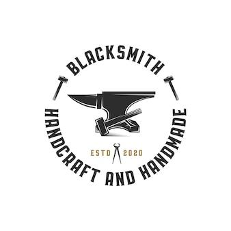 Modèle de logo d'emblème de forge