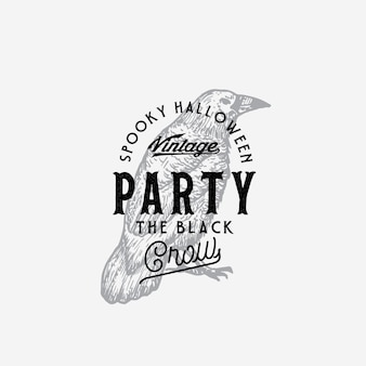 Modèle de logo ou d'étiquette halloween party style vintage. corbeau noir dessiné à la main ou symbole de croquis de corbeau et typographie rétro.