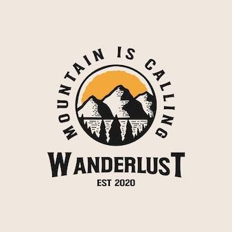 Modèle de logo d'insigne de montagne d'aventure