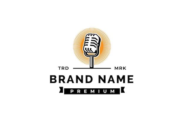 Modèle de logo de podcast micro microphone et illustration de lever de soleil conception pour le logo de chanteur de karaoké