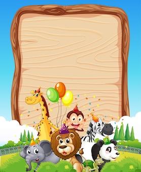 Modèle de planche de bois vierge avec des animaux sauvages sur le thème de la fête sur fond de forêt