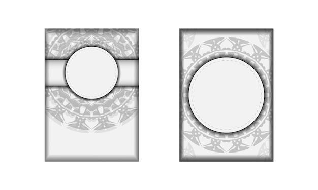 Modèle pour les cartes postales de conception d'impression couleurs blanches avec des motifs de mandala noirs. préparer une invitation avec une place pour votre texte et vos ornements.