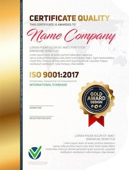 Modèle de qualité de certificat ou de diplôme avec motif de ligne de luxe et emblème de récompense d'or iso 9001