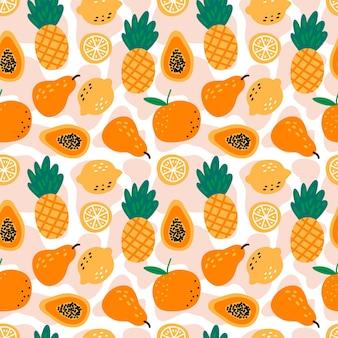 Modèle sans couture avec ananas, citrons, papayes, poires et oranges sur fond blanc.