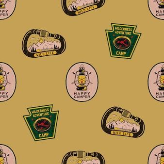 Modèle sans couture aventure avec badges d'étiquettes de camping. texte de campeur heureux. fond d'écran de voyage.