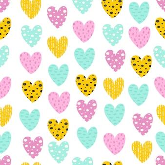 Modèle sans couture avec des coeurs colorés