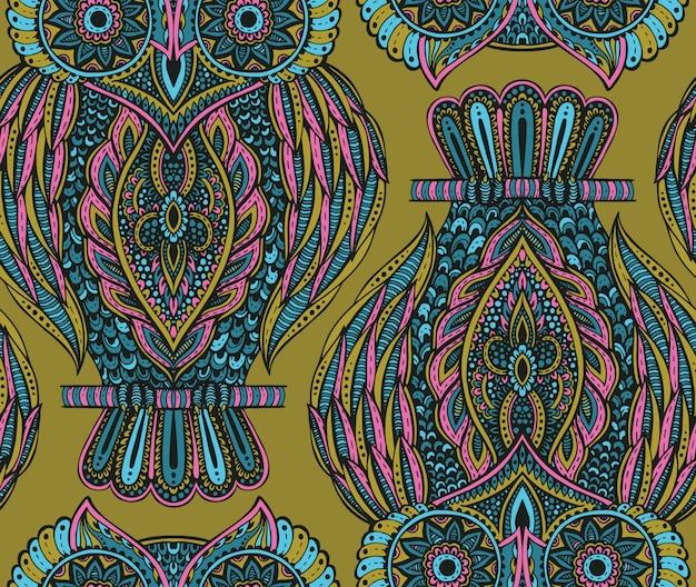 Modèle sans couture coloré avec des hiboux ornés dessinés à la main
