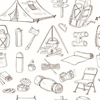 Modèle sans couture avec des dessins d'équipement de camping dessinés à la main. croquis. dessin à main levée.