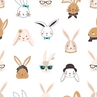 Modèle sans couture enfantin avec des visages de lapin drôle sur blanc