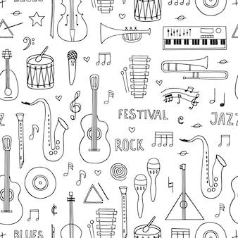 Modèle sans couture avec des instruments de musique doodle dessinés à la main sur fond blanc.