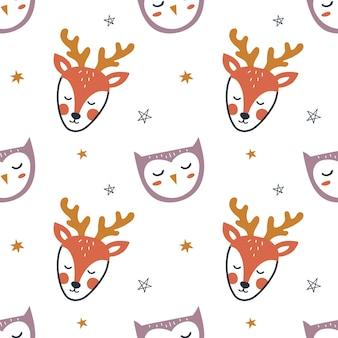 Modèle sans couture avec de mignons cerfs, hibou et étoile dessinés à la main. fond d'enfants pour l'emballage, le tissu, le papier peint, les vêtements. illustration vectorielle.