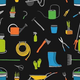 Modèle sans couture avec des outils de jardinage lumineux dessinés à la main, du matériel agricole et des plantes en pot sur fond noir