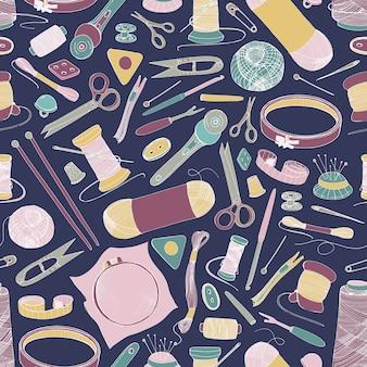 Modèle sans couture avec des outils et des matériaux de tricot et de couture dessinés à la main sur fond sombre