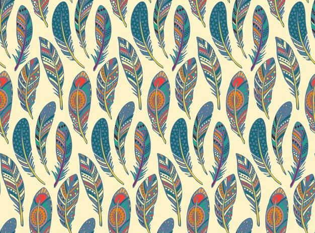 Modèle sans couture avec plumes colorées tribales ornées dessinés à la main.