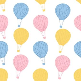 Modèle sans couture pour enfants avec des ballons à air chaud sur fond blanc en style cartoon. texture mignonne pour la conception de la chambre des enfants.
