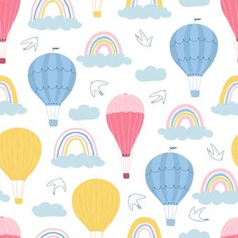Modèle sans couture pour enfants avec des ballons à air chaud, des nuages et des oiseaux sur fond blanc. texture mignonne pour la conception de la chambre des enfants.