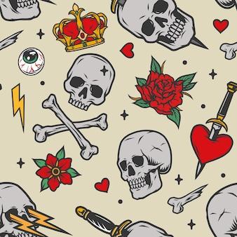 Modèle sans couture de tatouages vintage colorés avec couronne royale, œil humain et os croisés de foudre