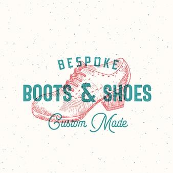 Modèle de signe ou de logo rétro de bottes sur mesure avec illustration de chaussure de femme et emblème de typographie vintage et texture minable.