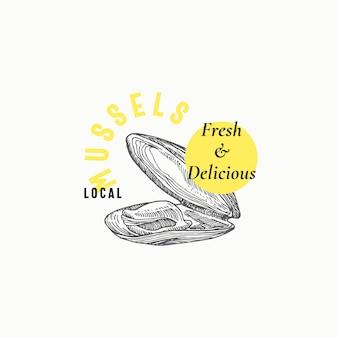 Modèle de signe, symbole ou logo abstrait de moules locales. mollusque de crustacés dessinés à la main avec une typographie moderne de qualité supérieure. concept élégant d'emblème chic. isolé.