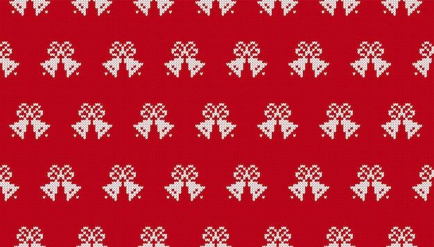 Modèle de tricot de noël. impression transparente avec des cloches de noël. texture de pull en tricot rouge. fond de fête