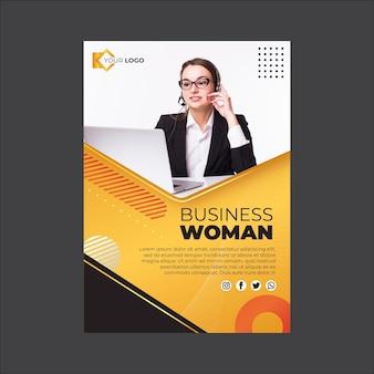 Modèle vertical de flyer de femme d & # 39; affaires