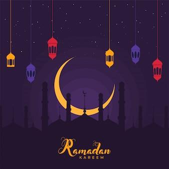 Mois sacré islamique du ramadan kareem concept avec des lanternes colorées suspendues, le croissant de lune doré et la silhouette de la mosquée sur fond violet.
