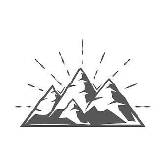 Montagne isolée sur fond blanc