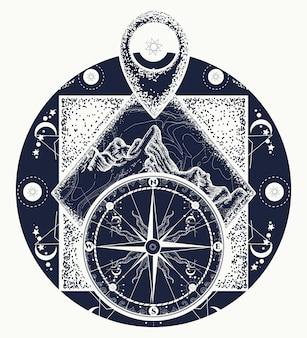 Montagne, pointeur de la carte et tatouage d'une boussole