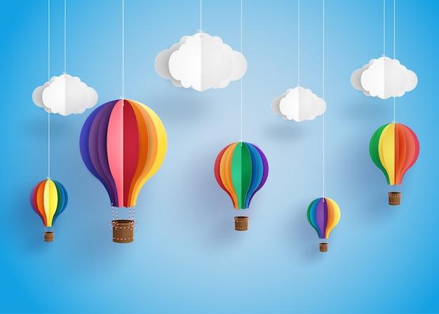 Montgolfière colorée et nuage.