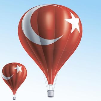 Montgolfières peintes comme drapeau de la turquie