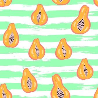 Motif de fruits abstraits avec papaye sur fond de rayures grunge. modèle tropical sans couture avec papaye dans un style simple dessiné à la main. couleur vive en illustration vectorielle. ornement pour textile, emballage.
